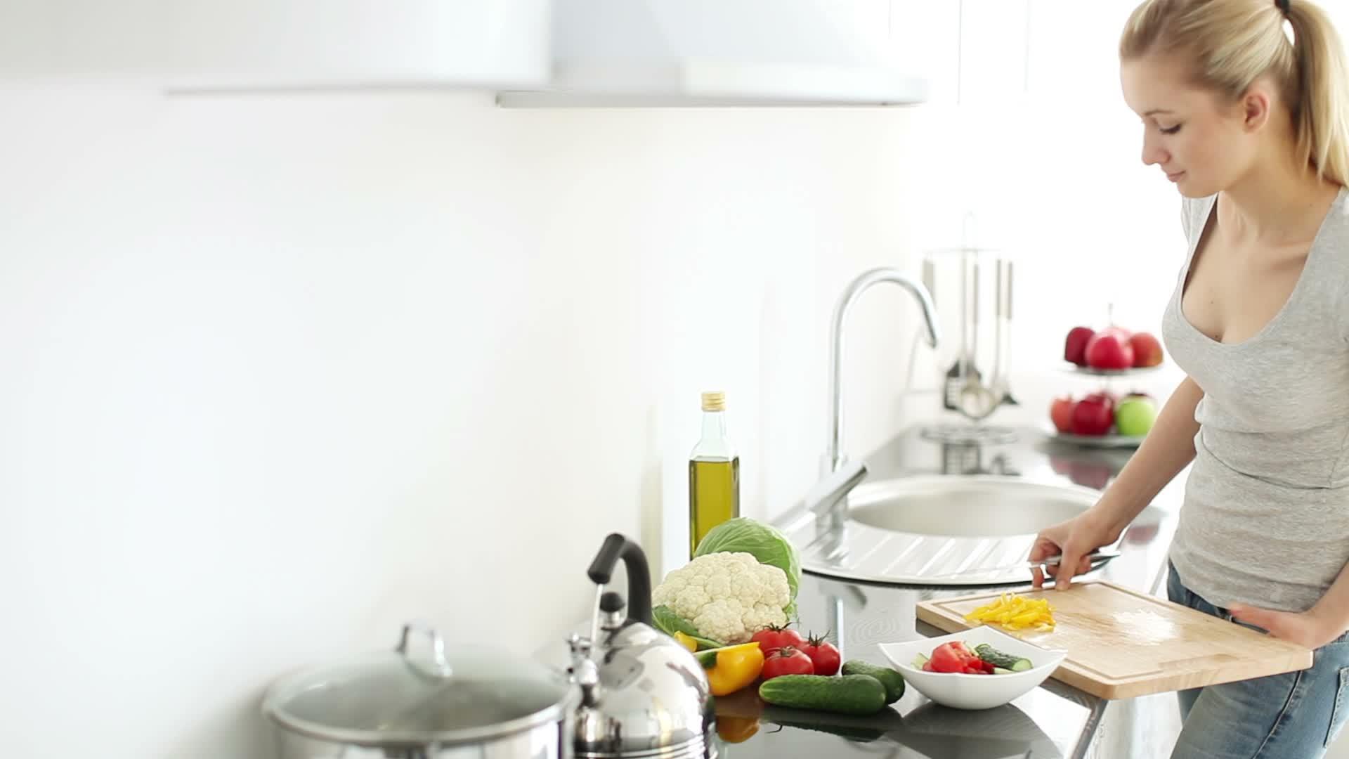 домработницу на кухне